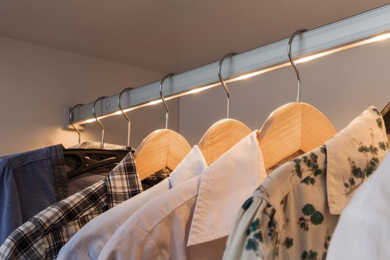 paulmann no 70501 beleuchtete kleiderstange dresslight 60 cm mit bewegungsmelder aluminium. Black Bedroom Furniture Sets. Home Design Ideas